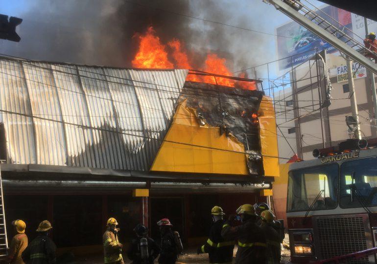 VIDEO | Se registra un fuerte incendio en comercio de la Av. 27 de Febrero de la capital