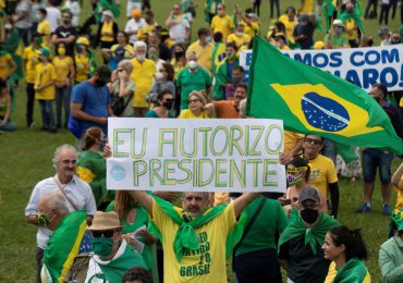 Brasileños desafían la pandemia y salen a manifestarse en apoyo y en contra de Jair Bolsonaro