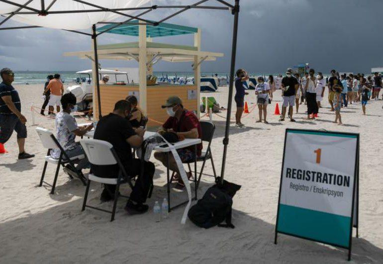 Turistas latinoamericanos se vacunan en la playa de Miami Beach