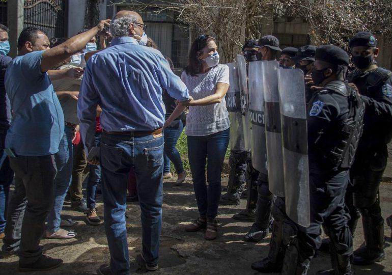 Nicaragua retiene a periodistas que cubrían allanamiento a medio opositor