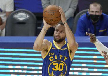 Stephen Curry logra su segundo título de máximo anotador de la NBA