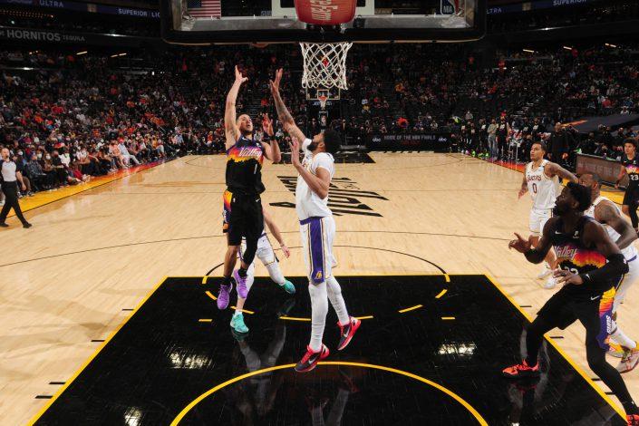 Los Lakers caen ante Suns en el playoffs de la NBA