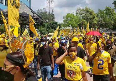 Con bazuca en mano Botello marcha  junto a cientos de trabajadores exigiendo 30% AFP