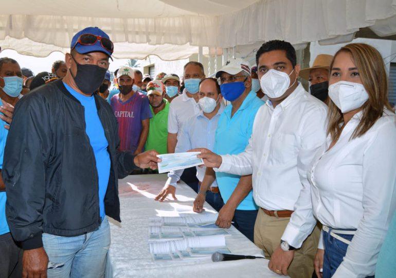 Kelvin Cruz felicita y entrega un millón de pesos a trabajadores del Ayuntamiento de La Vega