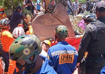 Encuentran cadáver mujer aplastada por escombros durante derrumbe sector VIlla Crimen en Baní