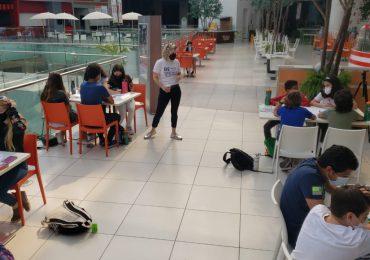 American School of Santo Domingo imparte clases en el patio de comidas de Ágora Mall