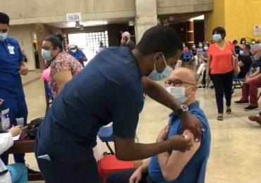 VIDEO | Francisco Domínguez Brito recibe primera dosis de la vacuna contra el COVID-19
