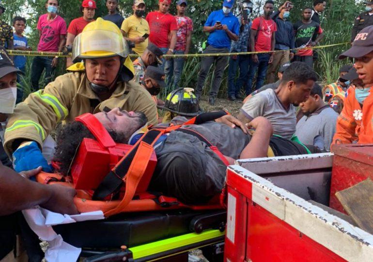 Durante dos horas conductor de camión y ayudante quedan atrapados tras accidente en Jarabacoa