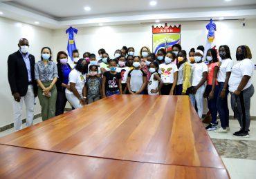 VIDEO | Vicealcaldesa de SDN orienta a niñas de Organización Sociopolítica Mamá Tingo