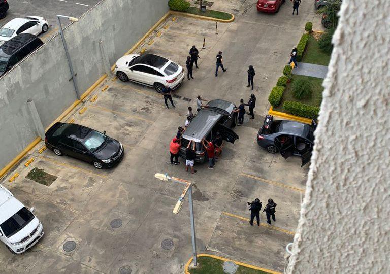 Videos | Allanan residencia a supuestos tarjeteros en Santo Domingo Este