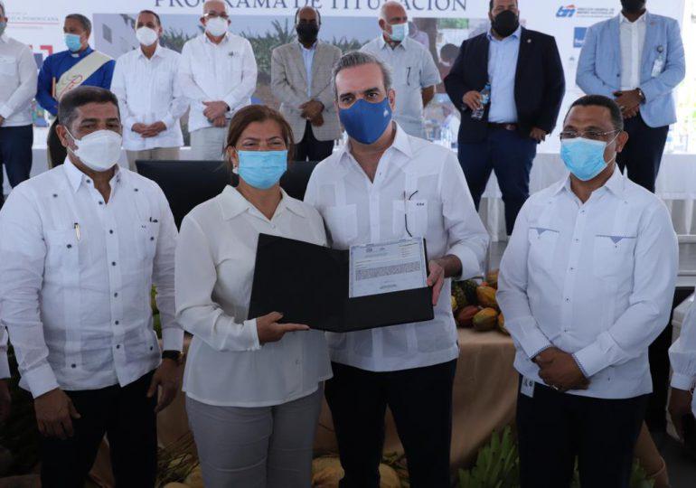 Presidente Abinader entrega títulos de propiedad en Villa Ortega