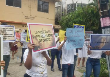 VIDEOS | Cristianos acuden frente a la Fiscalía en apoyo a la pastora Rossy Guzmán y su hijo
