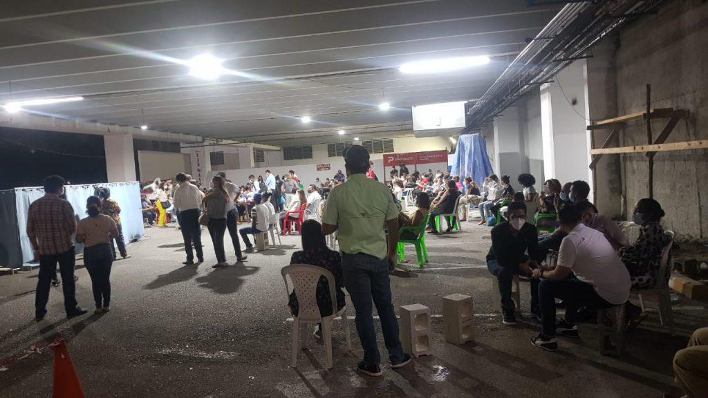 Ciudadanos abarrotan centro nocturno de vacunación contra el COVID-19