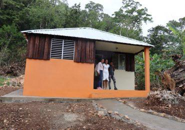 Desarrollo Barrial entrega tres viviendas a familias de escasos recursos en SFM y Samaná
