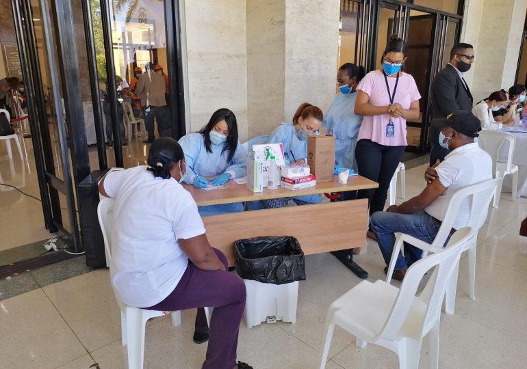 VIDEO | Personas de diversas edades visitan centro de vacunación contra COVID-19 en el Congreso Nacional