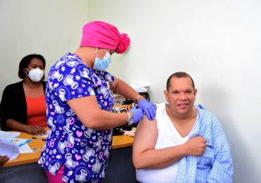 Alcalde Carlos Guzmán recibe vacuna contra Covid-19 e invita ciudadanos a protegerse