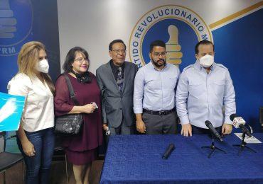VIDEO | Artista Aníbal de Peña y su esposa se juramentan en el PRM