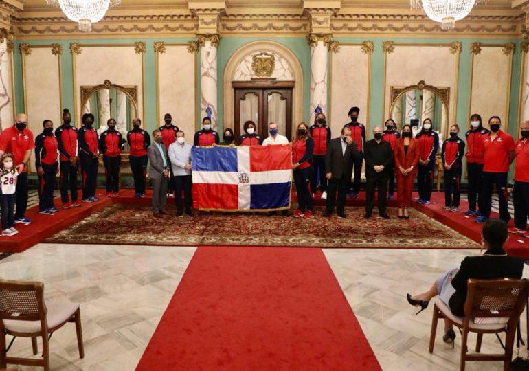 Presidente Abinader entrega bandera nacional a Reinas del Caribe