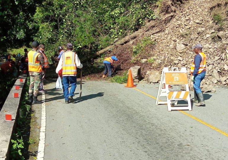 Obras Públicas habilita el tránsito en  carretera Casabito-Constanza, tras derrumbes provocados por temblor