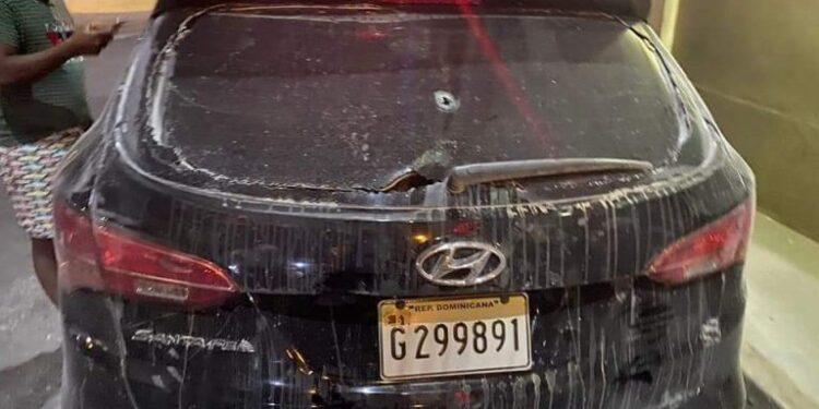 Suspenden agentes de la DNCD tras disparar vehículo con familia abordo