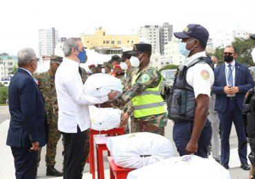 Entregan medios de transporte, equipos y avituallamiento a miembros de las Fuerzas Armadas