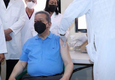 VIDEO | Leonel Fernández recibe segunda dosis contra el Covid-19; exhorta a la población a vacunarse