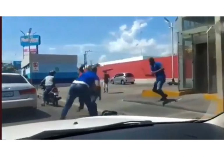 Choferes del sindicato arremeten a golpes contra taxi pirata en la av. Máximo Gómez