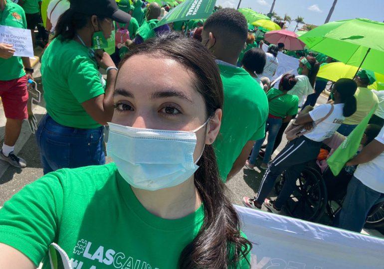 Hija de Luis Abinader acude a marcha por las tres causales