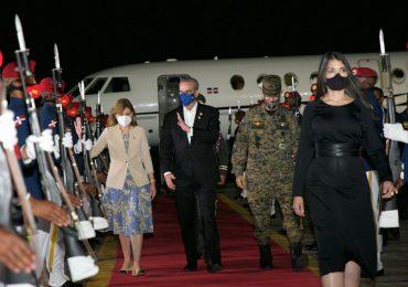 Presidente Abinader regresa al país tras asistir a toma de posesión en Ecuador