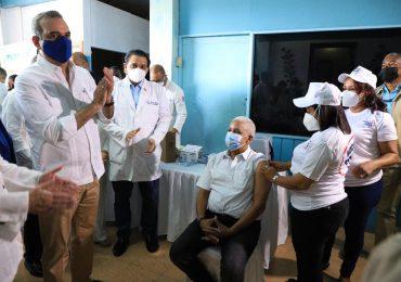 Abinader supervisa centro del Plan Nacional Vacúnate RD en Barahona