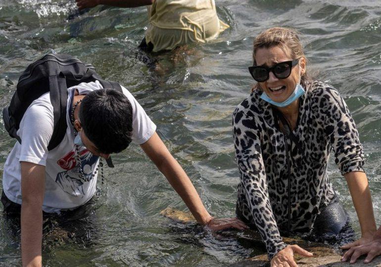 Inmigrantes venezolanos cruzan el río Bravo desde México para poder llegar a EEUU