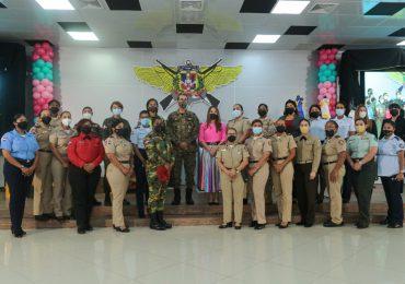 Esposas de oficiales de las Fuerzas Armadas celebran el Día de las Madres