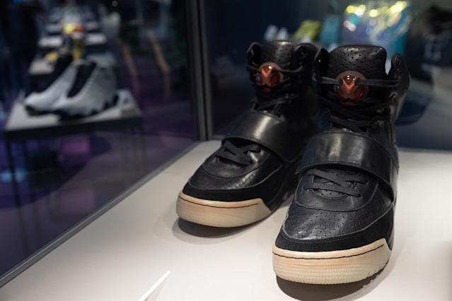 Zapatillas de Kanye West baten récords de venta: USD 1,8 millones