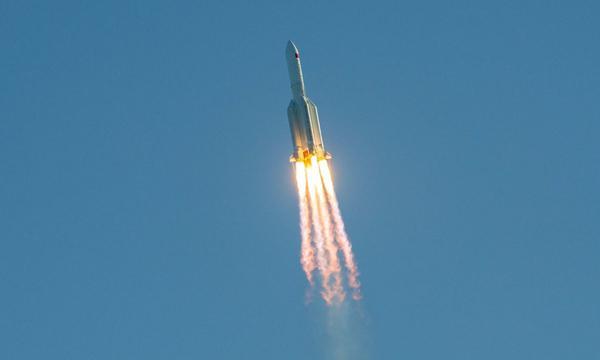 """China asegura que su cohete fuera de control representa riesgo """"extremadamente bajo"""""""
