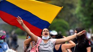 Policías de Colombia se unen a manifestantes en un juego de futbol