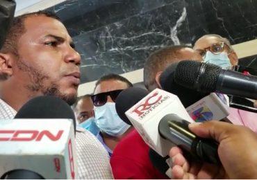 VIDEO | Se entregan al Ministerio Público hombres del vídeo que apuntan con pistola a agentes policiales