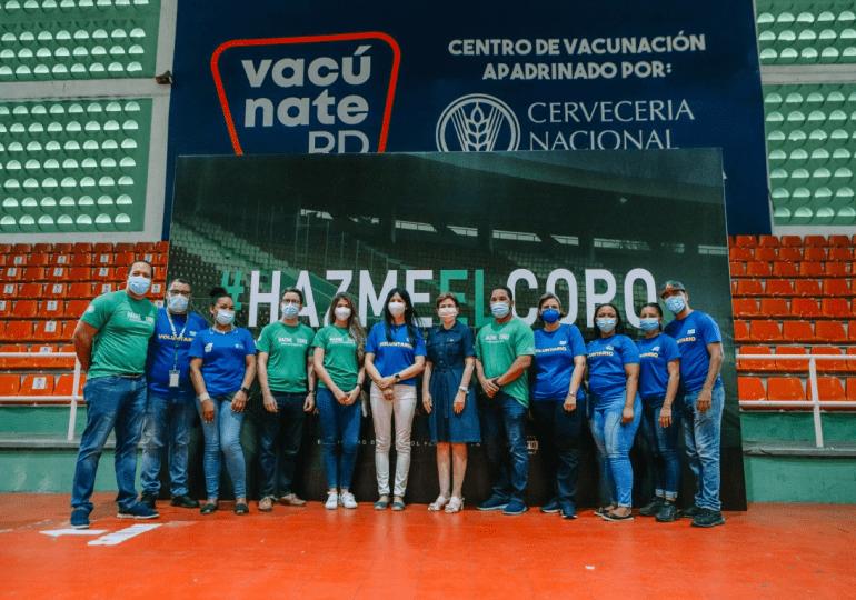 Raquel Peña recorre centro de vacunación apadrinado por Cervecería