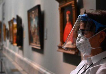 Francia reabre terrazas y museos, mientras Nueva York suprime uso de mascarillas
