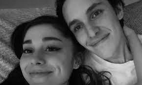 Ariana Grande y Dalton Gómez están oficialmente casados