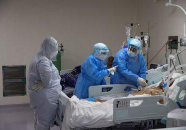 """OPS dice hospitales están """"peligrosamente llenos"""" y alerta sobre riesgo del covid para adultos jóvenes"""