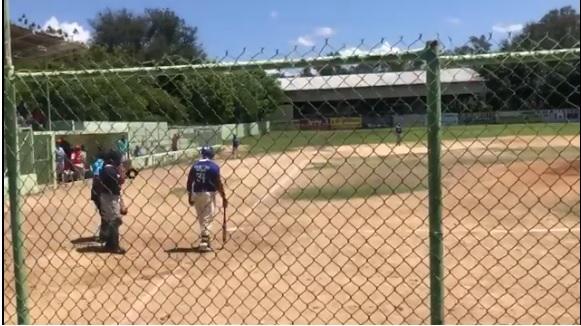 VIDEO | Agreden a batazos a arbitro en torneo béisbol de Ocoa