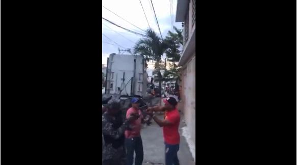 VIDEO | Dos hombres amenazan con armas de fuego a agentes de la Policía