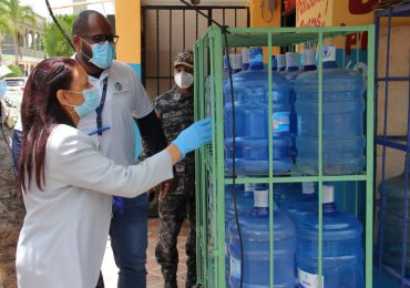 Pro Consumidor pide a negocios no exponer al sol botellas plásticas de agua por daños a la salud