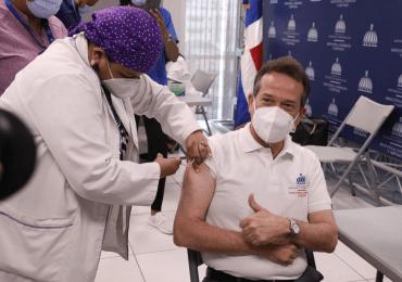 Ministro Víctor -Ito- Bisonó se vacuna contra el covid-19