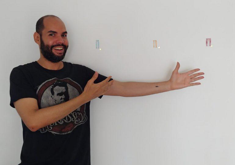 José Ramia Guzmán inaugura exposición de dibujos en miniatura 'Chiquita'