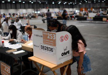 Perú empieza a votar en decisiva elección entre Fujimori y Castillo