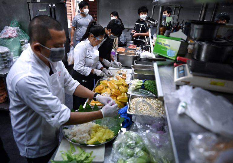 Restaurantes con estrellas Michelin de Bangkok reparten platos de lujo en barrios pobres