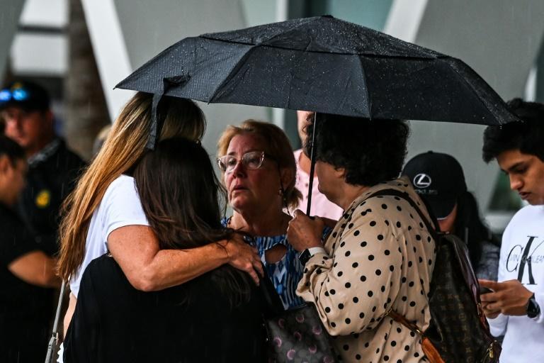La angustiosa espera de familiares de desaparecidos en el derrumbe de un edificio cerca de Miami