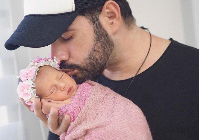 Manny Cruz comparte momento en que carga a su hija por primera vez