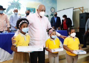 Educación entrega tablets y notebooks a estudiantes de la línea noroeste